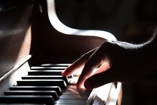 3 Perbedaan Mendasar Alat Musik Piano Dan Keyboard Yang Jarang Diketahui